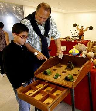 Avós e netos de Ponteceso réndense aos vellos xogos