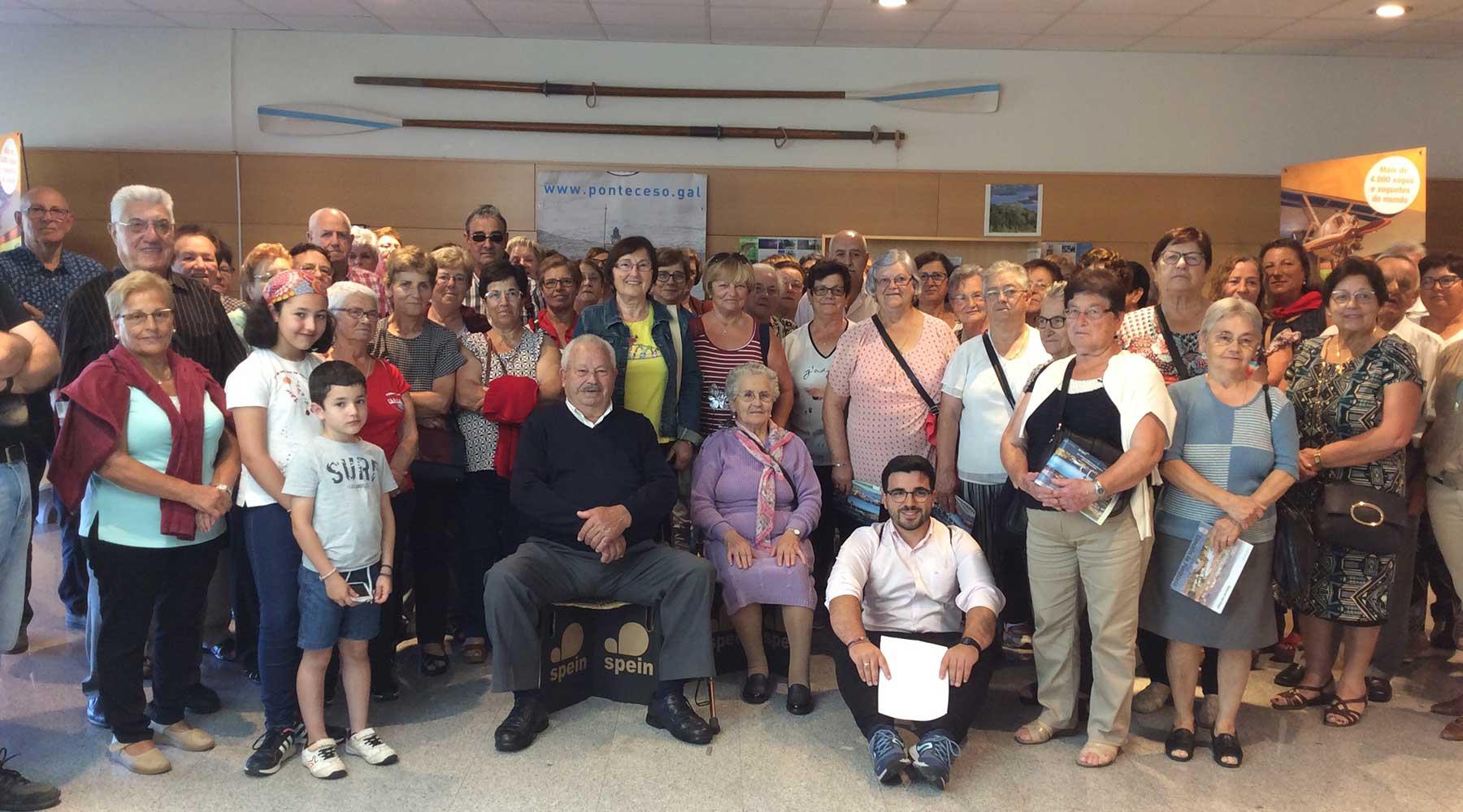 Un numeroso grupo de persoas maiores do Concello de Vimianzo realiza unha parada no Melga para visitarnos