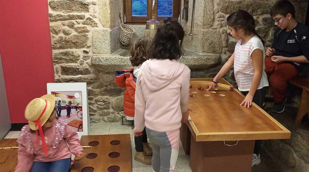 Na Fundación Eduardo Pondal realizáronse xogos e deportes tradicionáis co Melga para nais, pais, profesorado e nenos e nenas