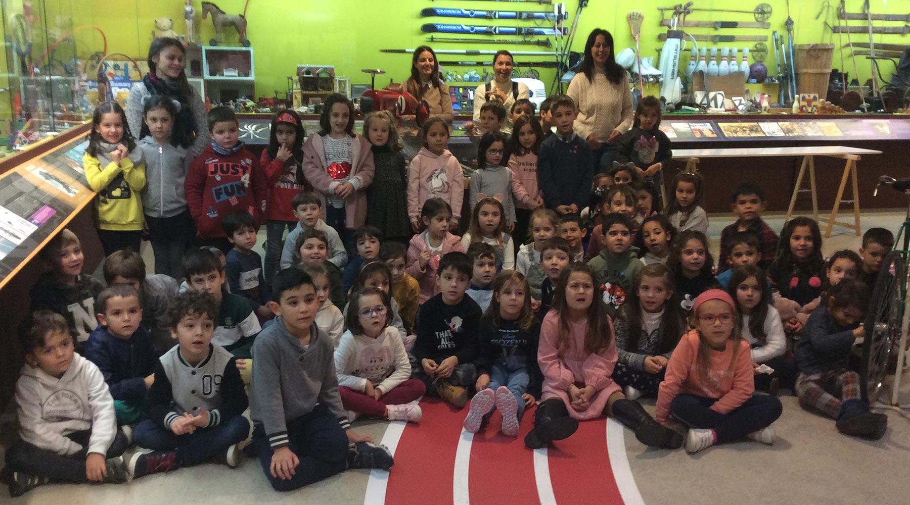Un grupo escolar de A Laracha celebra o seu final de trimestre escolar visitándonos