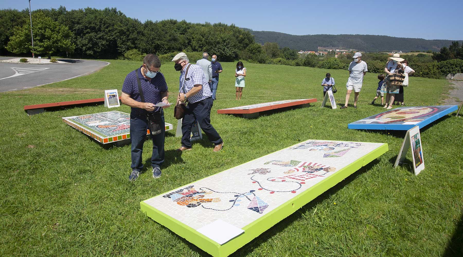 Inaugurada a Exposición ao aire libre dos Xogos e Deportes Tradicionáis nos muraies de azulexo no Melga de Ponteceso