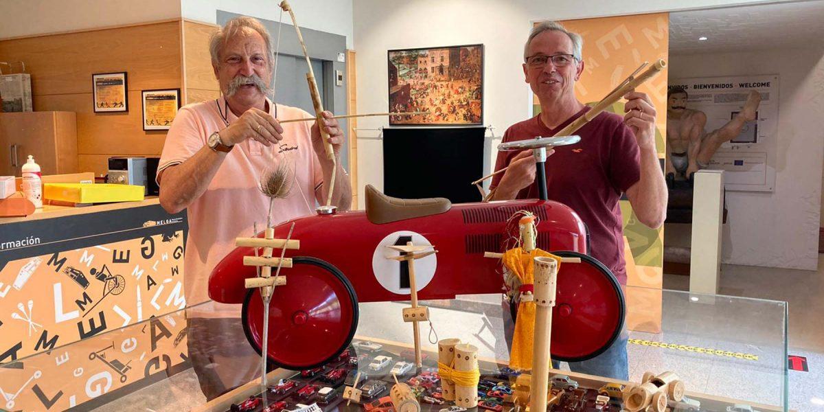O mestre e coleccionista Biel Pubil visita por segunda vez o Melga de Ponteceso e realiza unha importante doazón de xoguetes artesans